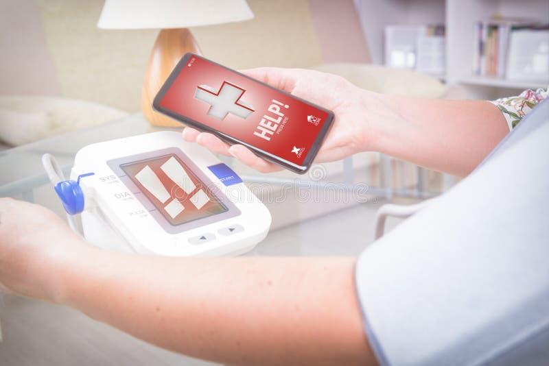 Tensión arterial alta - pidiendo ayuda con el teléfono elegante app foto de archivo libre de regalías