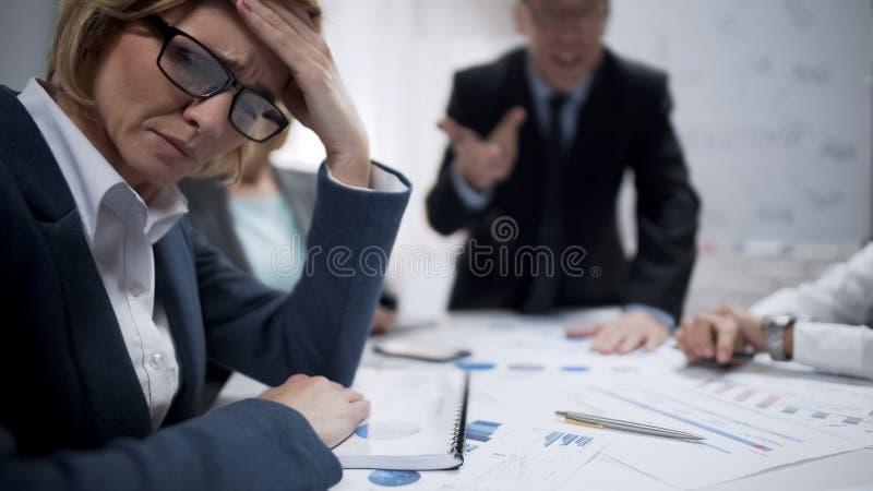 Tensión de la sensación del consultor de la mujer en la reunión, quemadura profesional, trabajada demasiado foto de archivo libre de regalías