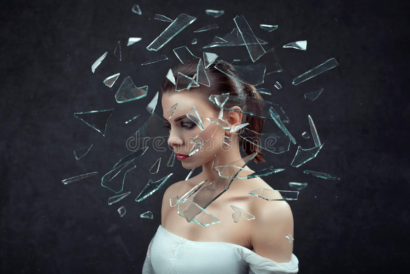 tensión mujer subrayada con dolor de cabeza Concepto Hembra en fondo oscuro foto de archivo
