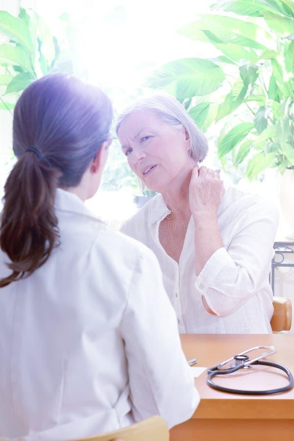 Tensión paciente del dolor de cuello del doctor fotografía de archivo libre de regalías
