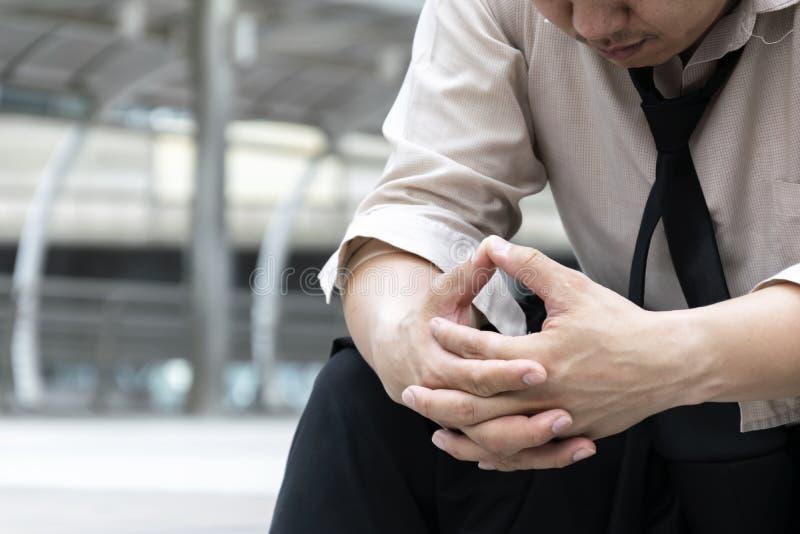 Tensión parada del hombre de negocios de la gente que se sienta en la escalera, la mano i fotos de archivo
