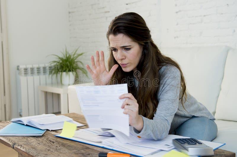 Tensión preocupante joven del sufrimiento de la mujer que hace cuentas nacionales del papeleo de la contabilidad fotografía de archivo libre de regalías