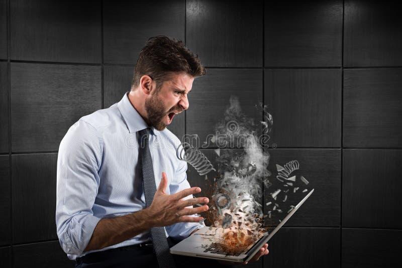 Tensión y frustración causadas por un ordenador imágenes de archivo libres de regalías