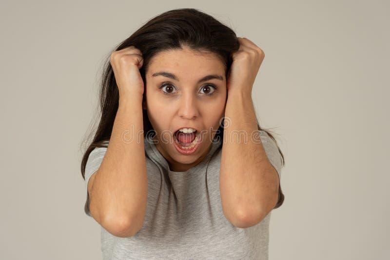 Tensión y salud mental, mujer joven hermosa con la cara enojada que parece furiosa y desesperada fotos de archivo