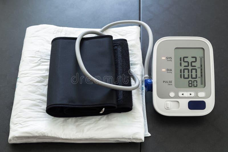 Tensiometer met hoge bloeddrukwaarden die hypertens wijzen op stock afbeelding