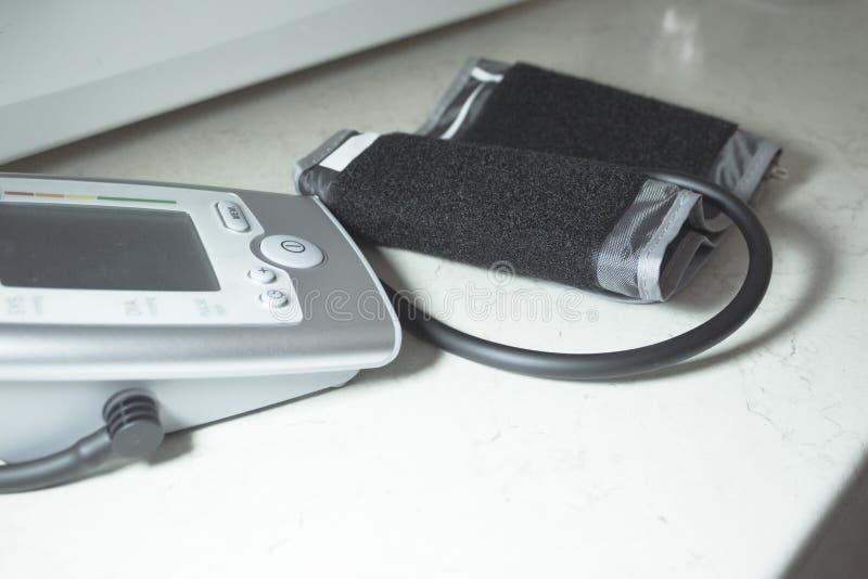 Tensiometermachine om bloeddruk te meten royalty-vrije stock afbeelding