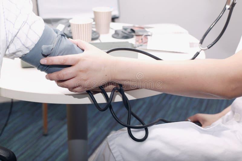 Tension artérielle de mesure photos stock
