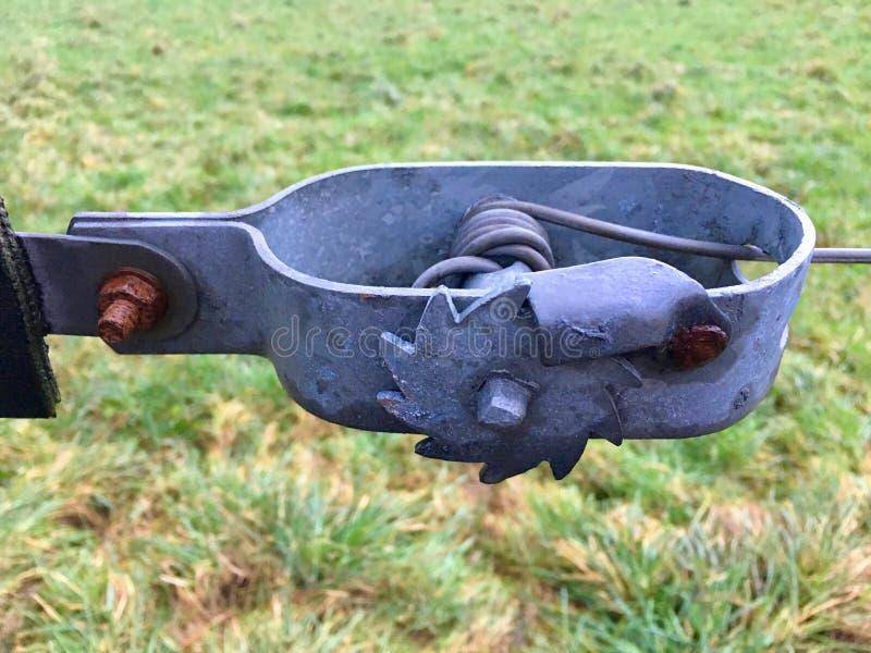 Tensor velho do fio de uma cerca de fio no close up fotografia de stock