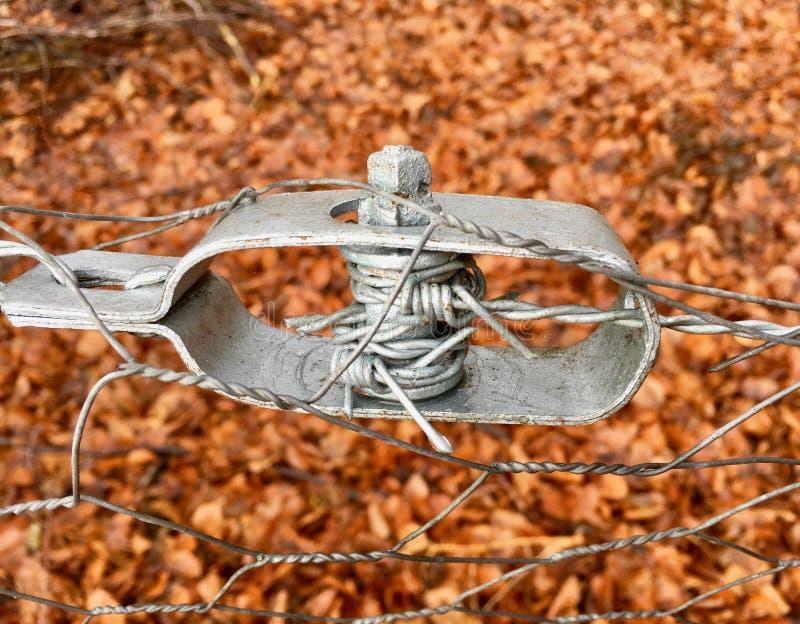 Tensor velho do fio de uma cerca de fio no close up foto de stock