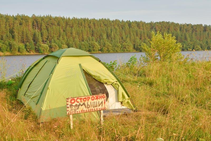Tent bij zonsondergang, een tent op de rivierbank royalty-vrije stock afbeelding