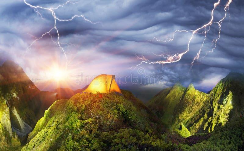 Tent in de bergen royalty-vrije stock afbeeldingen