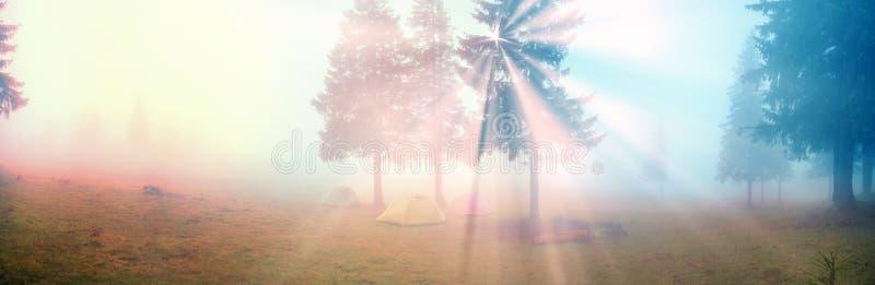 Tent in de mist royalty-vrije stock afbeelding