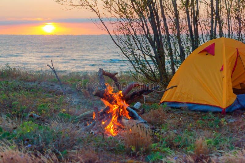 Tent en brand op het strand stock fotografie