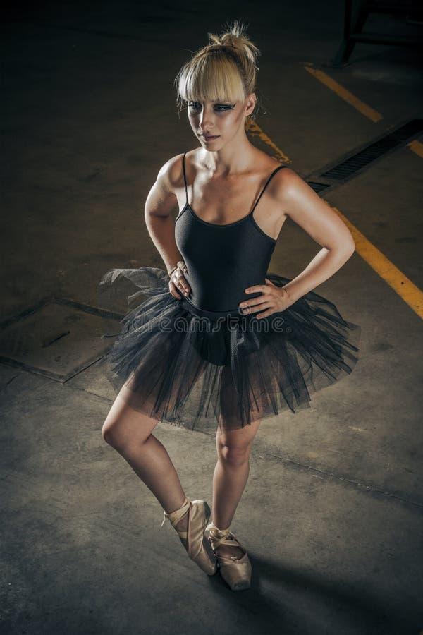 Tentação, bailarina loura com tutu preto foto de stock