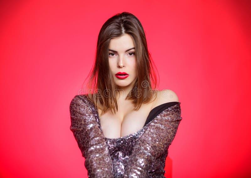 Tentation dans le jeu érotique les plus grands ballots Fille sensuelle avec les lèvres rouges et les grands seins Femme sexy dans image libre de droits