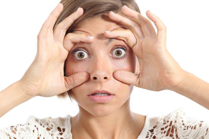 Tentativa cansado da menina louca do adolescente abrir os olhos com dedos fotos de stock royalty free