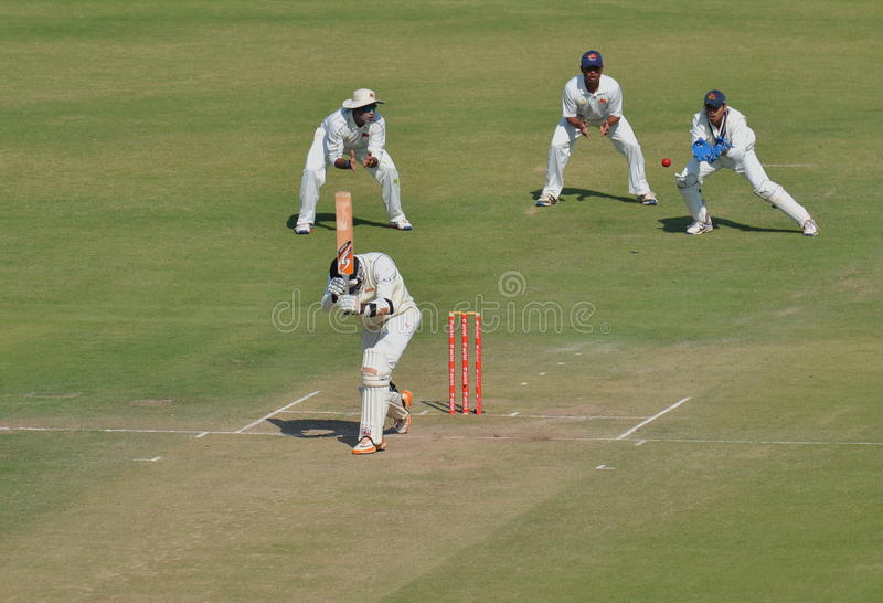 Tentativa da captura pelo depositário do wicket durante o fósforo do grilo do troféu de Ranji fotos de stock