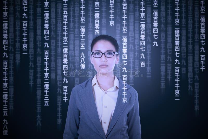 Tentativa da mulher para traduzir a língua japonesa fotos de stock