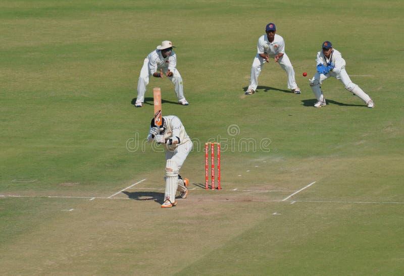 Tentativa de la captura del encargado del wicket durante partido del grillo del trofeo de Ranji fotos de archivo