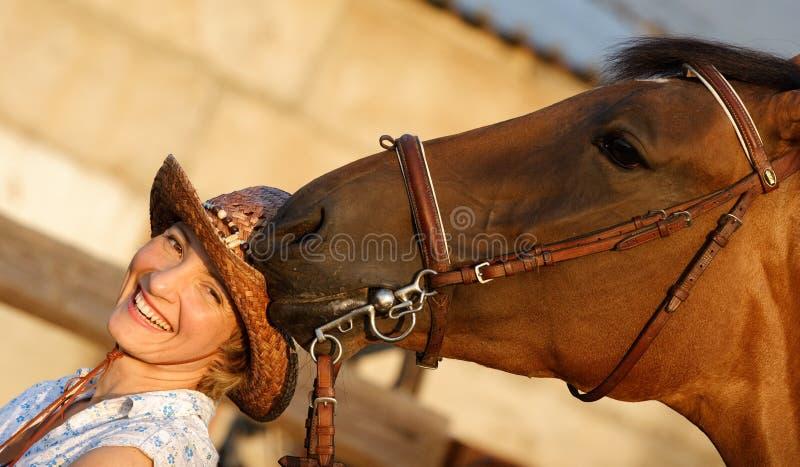 Tentativa do cavalo para comer um chapéu foto de stock