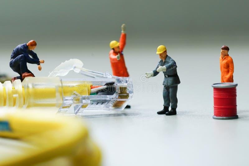 Tentativa dos técnicos para reparar a rede do fio do cabo imagem de stock