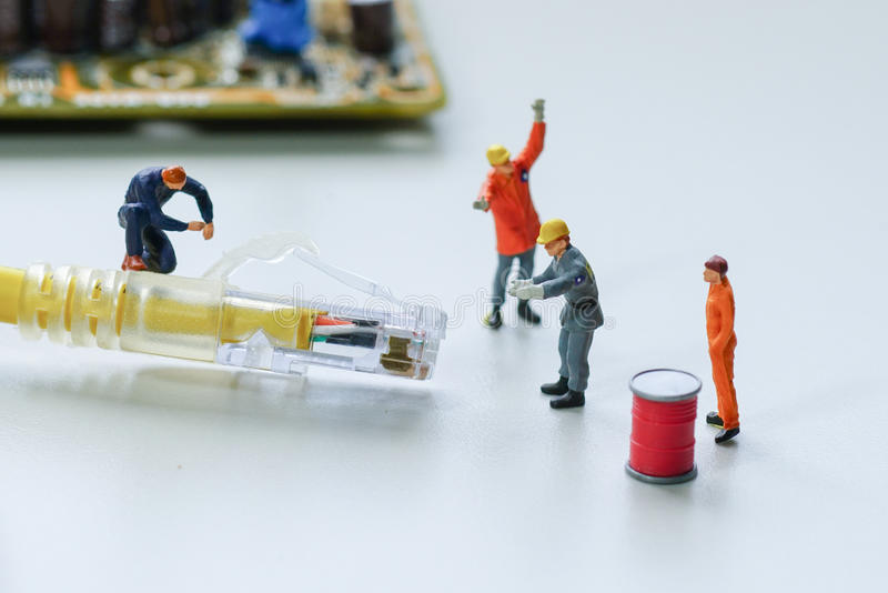 Tentativa dos técnicos para reparar a rede do fio do cabo fotos de stock