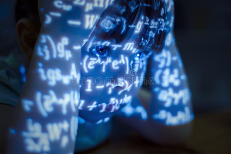 A tentativa engraçada da menina resolve um problema de matemática fotografia de stock royalty free