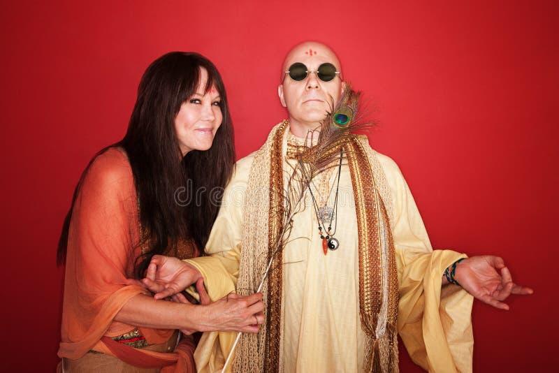 Tentativas da mulher para perturbar o guru Meditating imagens de stock royalty free