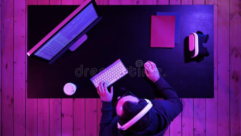 Tentative de pirate informatique ou de biscuit d'entailler un système de sécurité photo libre de droits
