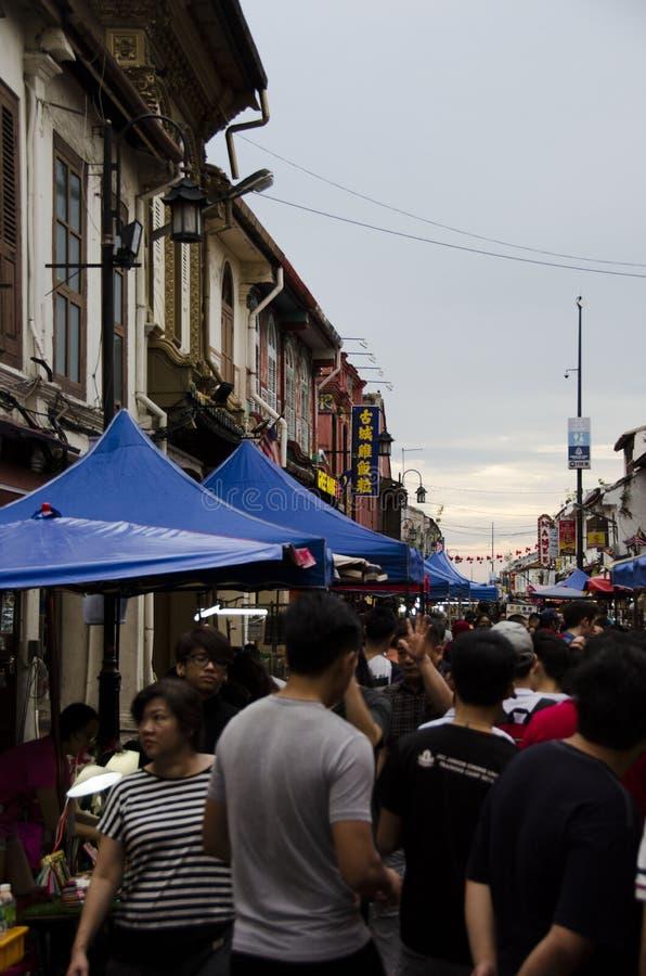 Tente andar através do mercado de rua em Malásia fotos de stock