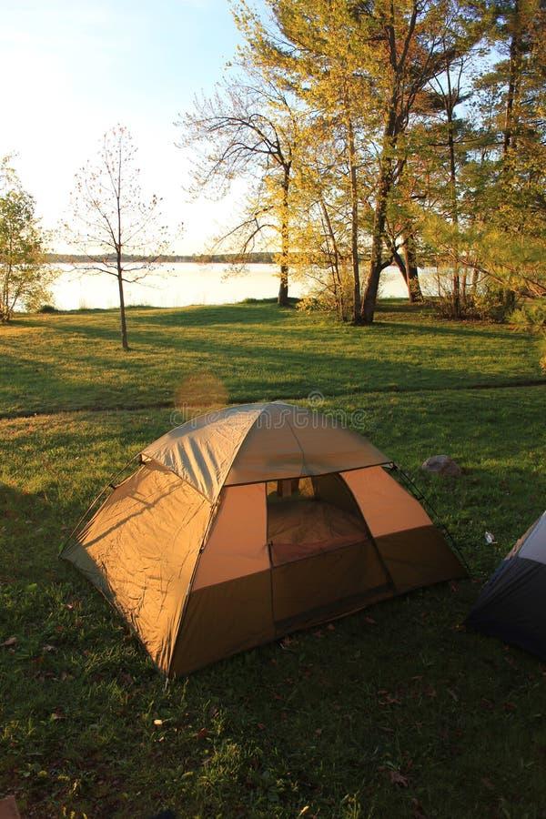 Tente au lever de soleil photo stock