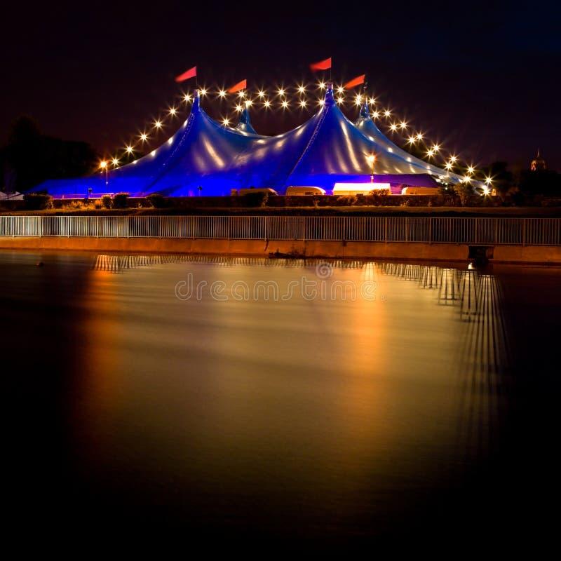 Tente bleue de type de cirque et ligne des lumières la nuit photo stock