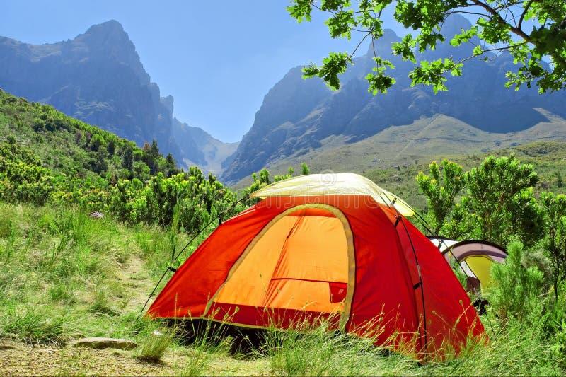 Tente campante rouge en montagnes brumeuses - couleurs de printemps photo libre de droits