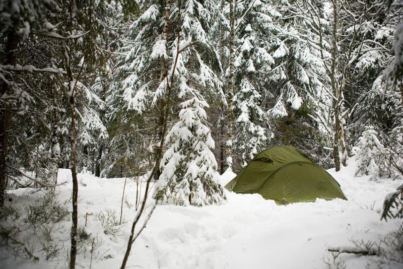 Tente dans la neige image libre de droits