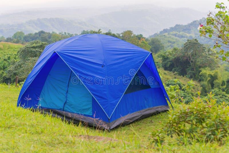 Tente de camping dans le terrain de camping au parc national image stock