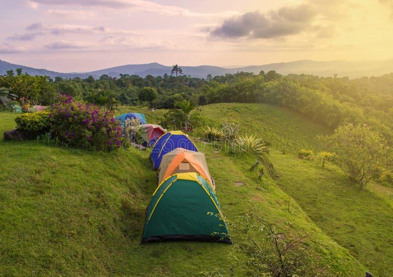 Tente de camping dans le terrain de camping au parc national photos libres de droits