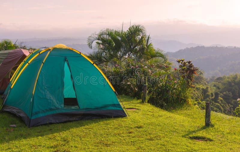 Tente de camping dans le terrain de camping au parc national avec le lever de soleil photo libre de droits