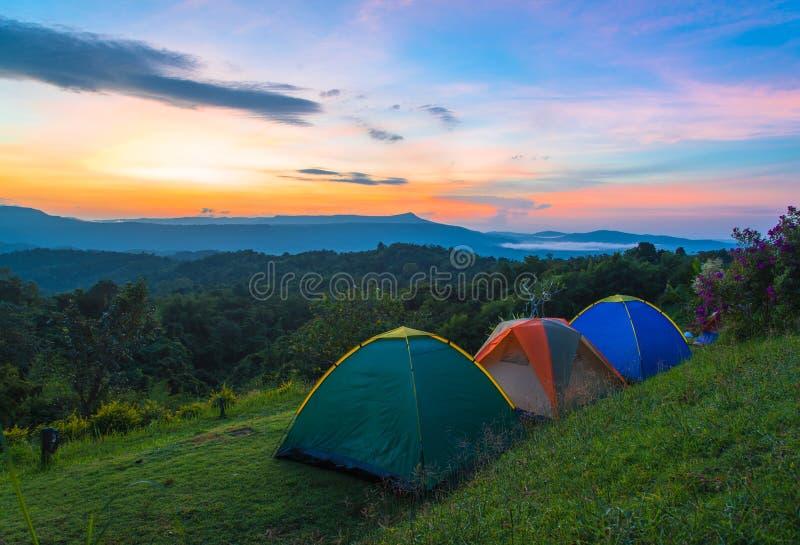 Tente de camping dans le terrain de camping au parc national avec le lever de soleil photo stock