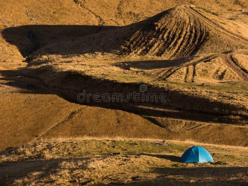 Tente de camping près du lac de montagne image stock