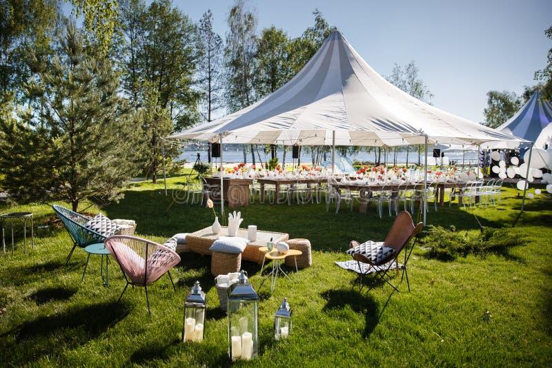 Tente de mariage avec de grandes boules Les Tableaux place pour épouser ou un dîner approvisionné différent d'événement photos libres de droits
