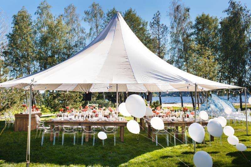 Tente de mariage avec de grandes boules Les Tableaux place pour épouser ou un dîner approvisionné différent d'événement photo libre de droits