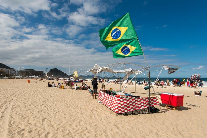 Tente de plage avec les drapeaux brésiliens images libres de droits