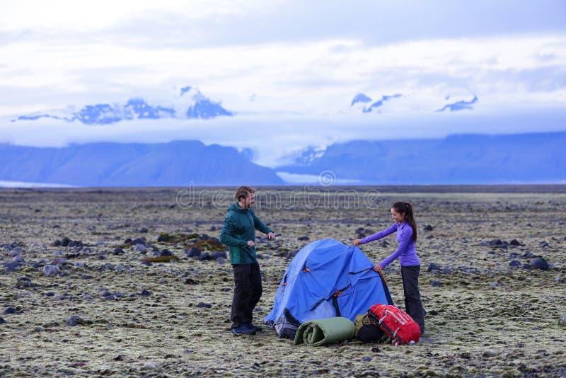 Tente de tangage de couples de camping après la hausse photographie stock libre de droits