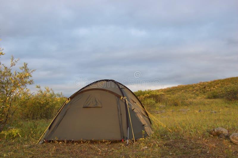 Tente de touristes dans la toundra photographie stock libre de droits