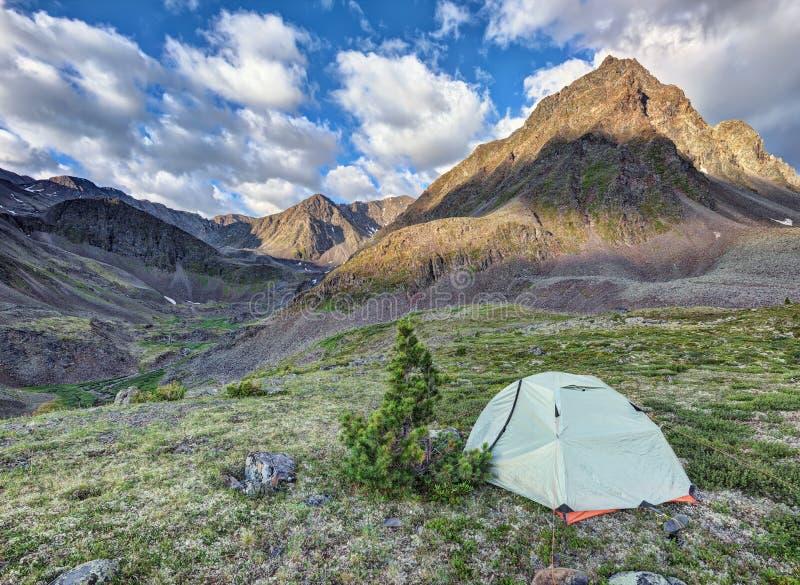 Tente de touristes dans la toundra de montagne de la Sibérie orientale image stock