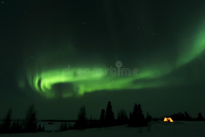 Tente de trappeurs allumée avec l'aurora borealis photos stock