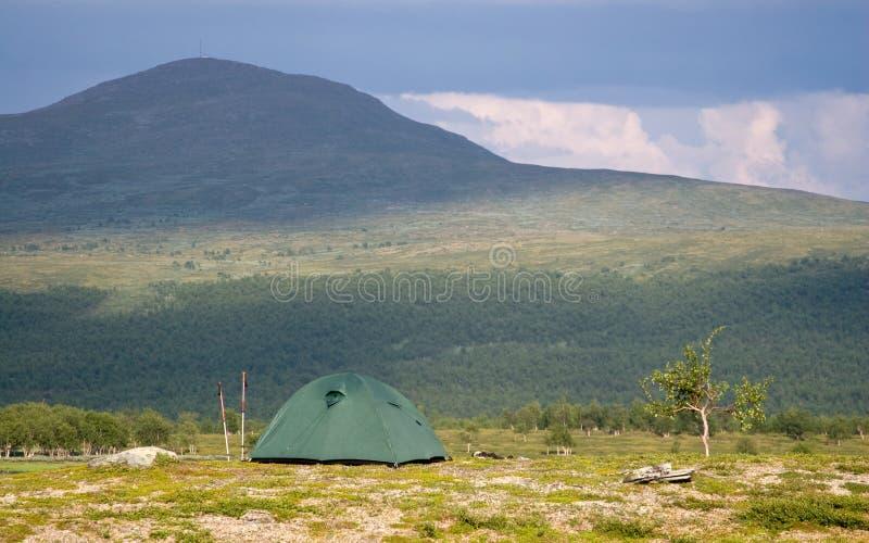 Tente devant une grande montagne images libres de droits