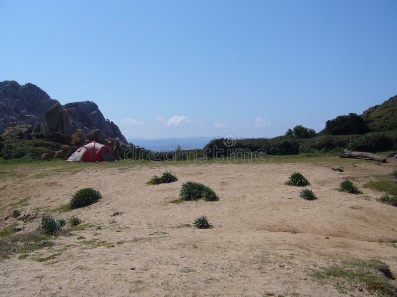 Tente en nylon érigée pour des vacances campantes près de la plage et de la côte, Sardaigne, Italie images libres de droits
