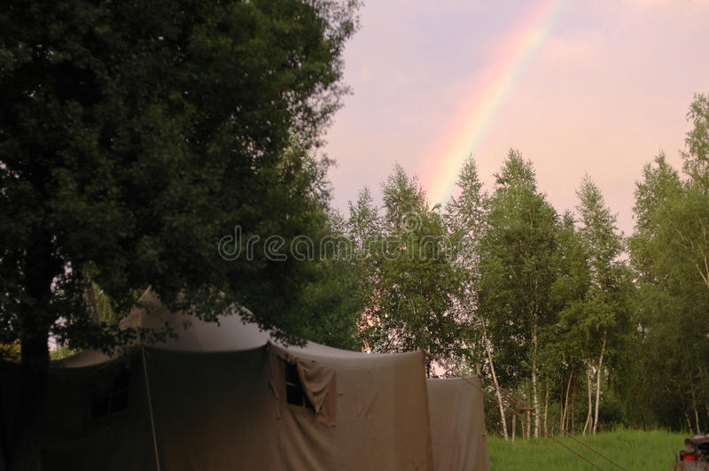 Tente et arc-en-ciel image stock