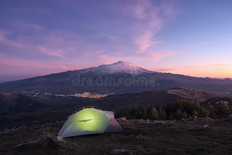Tente lumineuse sur la montagne du parc de Nebrodi au crépuscule, photos stock